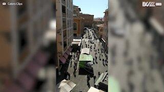 Várias pessoas passeiam nas rua de Itália em plena quarentena
