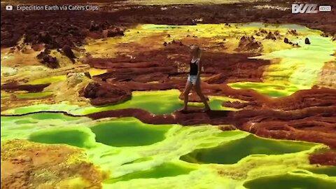 Casal explora as piscinas naturais de enxofre na Etiópia