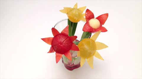 How to quickly make a cherry tomato flower