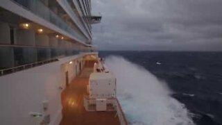 Panikk om bord! Cruiseskip fanget i en syklon