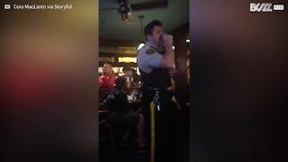 Poliziotto al karaoke stupisce con le sue doti canore