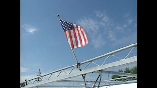 Milwaukeeans show patriotism after 9-11 attacks (September 12, 2001)