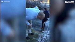 Ils testent l'épaisseur de la glace et tombent à l'eau