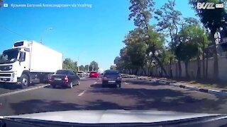 Violento incidente tra un furgone e una moto