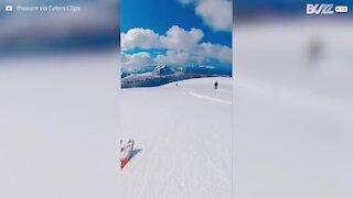 Ces jeunes skient dans un lieu paradisiaque