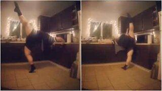 Ballerino fa stretching mentre aspetta il microonde!