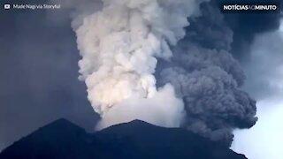 Incrível timelapse mostra cinzas sendo expelidas do vulcão Agnung