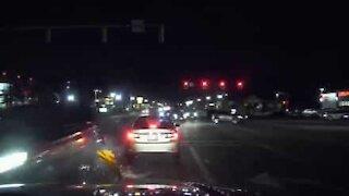 Skødesløs bilist sender vejskilt mod politibilens forrude!