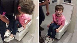 Poika jää jumiin näytteillä olevaan vessanpönttöön!