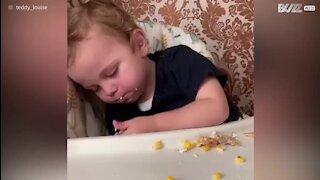 Son fils s'endort tendrement... en mangeant