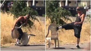 Uomo lotta contro una sedia