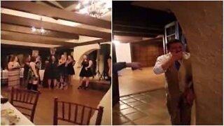 Kvinne tar i mot bryllupsbuketten og reaksjonen til kjæresten er hysterisk!