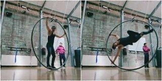 Fantastiche acrobazie sulla ruota Cyr