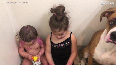 Menina pinta irmão e a cadela com batom