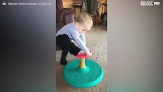 Futuro ginnasta! Un bambino con un equilibrio incredibile
