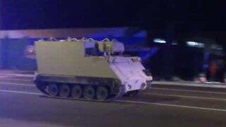Polizia insegue un carro armato