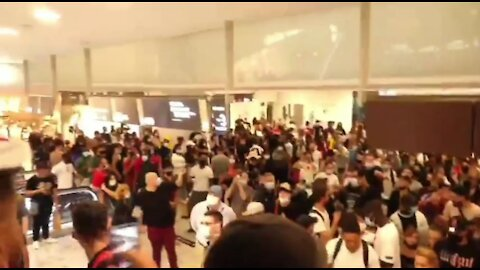 AntiVaxxers Storm Mall, Drive Out Riot Police
