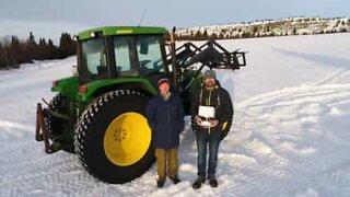 Bonde lager en fantastisk julehilsen i snøen!