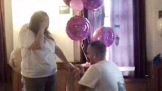 L'annuncio della gravidanza si trasforma in proposta di matrimonio