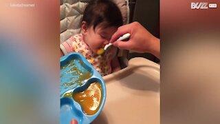 Bimba continua a mangiare mentre dorme