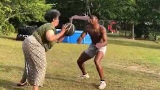Mãe impressiona a jogar basquetebol com o filho