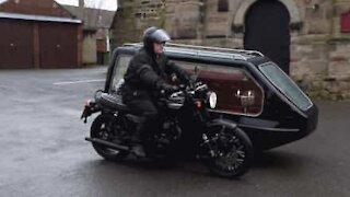 Prest introduserer en uvanlig motorsykkel-likvogn