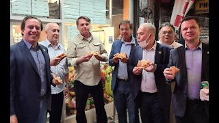 Unvaccinated Brazilian President Eats Pizza on NYC Sidewalk, Defends Pandemic Decisions