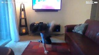 Jovem destrói mobília a dançar em casa