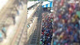 Prendere un treno in India non è un'impresa facile