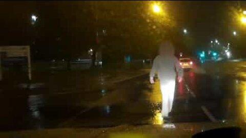 Condutor filma pessoa a atirar-se para cima do seu carro parado