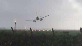 Orkanen Ophelia forårsaker skremmende landing i Dublin