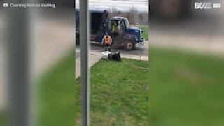 Un éboueur terrifié par un enfant de 8 ans