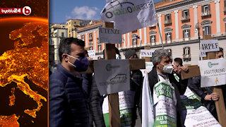 Croci in piazza Plebiscito a Napoli per la protesta dei commercianti contro le chiusure