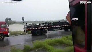 Super ciclone Amphan causa destruição em Calcutá