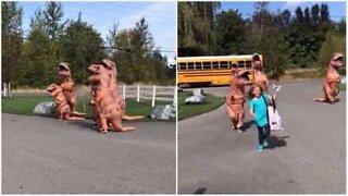 T-Rex familie ønsker jente velkommen hjem fra skolen