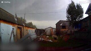 Câmara de carro filma tornado devastador