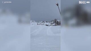 Jovem acaba afundado na neve após salto de ski