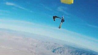 Amigos fazem skydive duplo impressionante