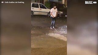 Cet homme sauve un opossum des inondations