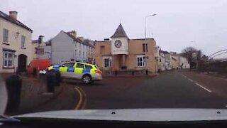 Auto della polizia va fuori strada