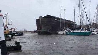 Vento forte spinge museo fluttuante contro le barche