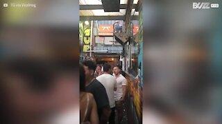 Essayant de s'incruster dans un bar, il chute au pire moment