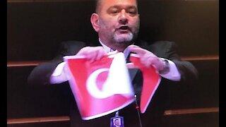Ξέσκισε την τουρκική σημαία μέσα στην ευρωβουλή ο Γιάννης Λαγός