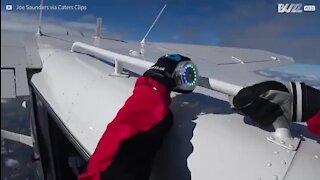 Trêm amigos realizam skydive...agarrados uns aos outros!