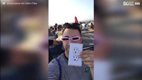 Homem engana pessoas com autocolante de uma tomada