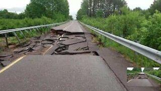 Le inondazioni distruggono una strada degli Stati Uniti