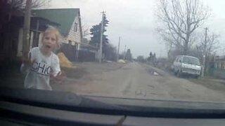Criança escapa de atropelamento por pouco!