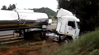 SOUTH AFRICA - Johannesburg - Tanker recovery on highway (Video) (Unm)