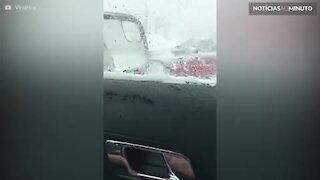 Carro conversível fica atolado na neve