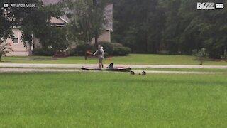 Son jardin est inondé alors il se met au kayak !